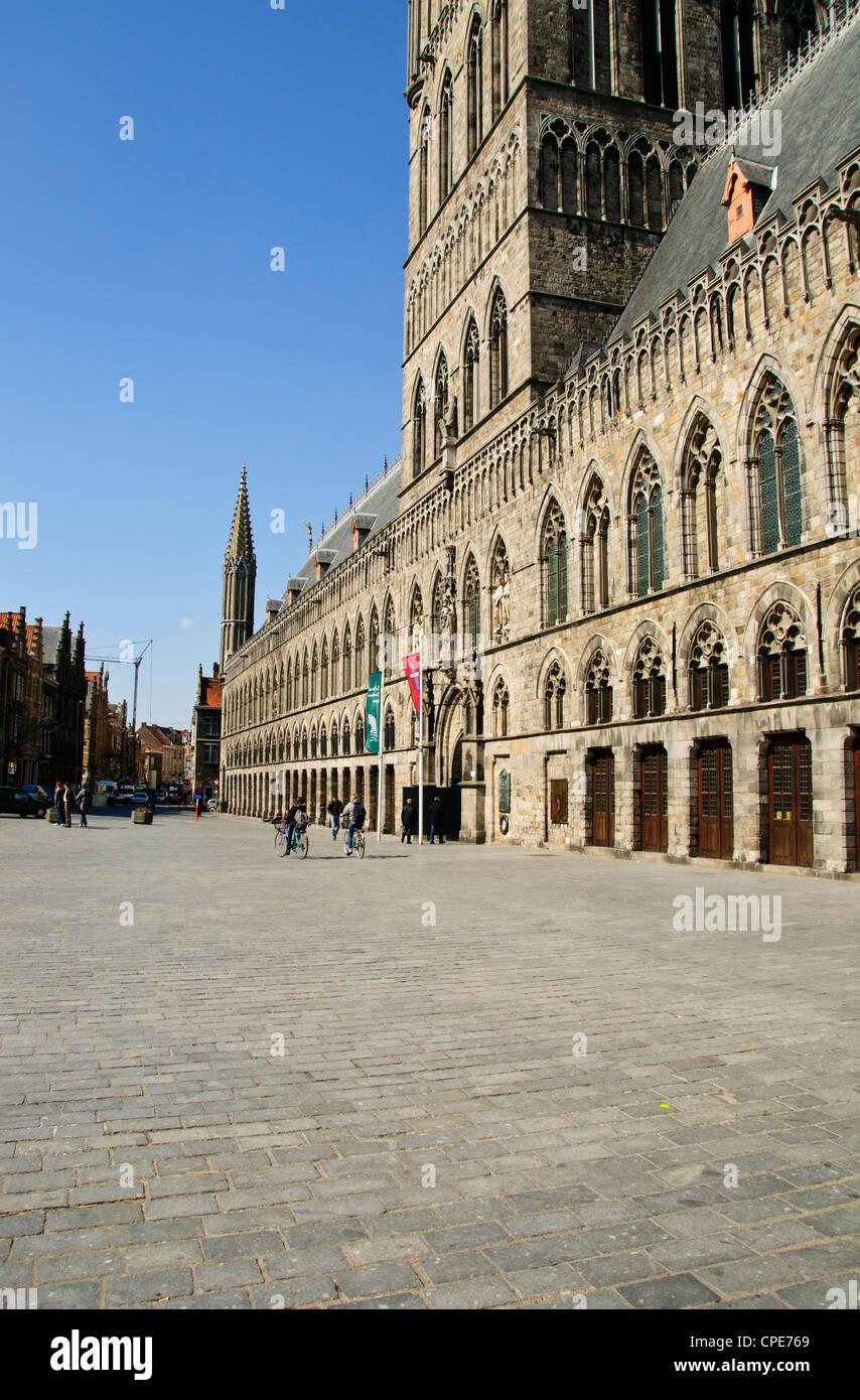 Die Tuchhallen St Martins Dom Rathaus Und Quadratischen Zentraler