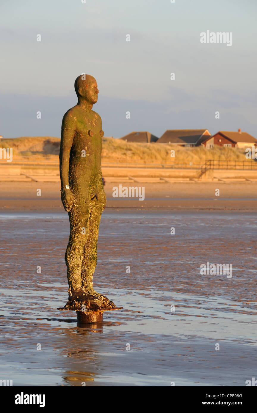 Antony Gormley Skulptur, ein weiterer Ort Crosby Strand, Merseyside, England, Vereinigtes Königreich, Europa Stockbild