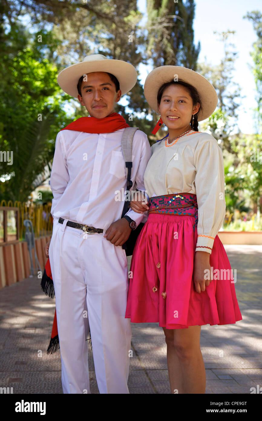 Traditionell gekleidete junge Paar, Tupiza, Bolivien, Südamerika Stockbild