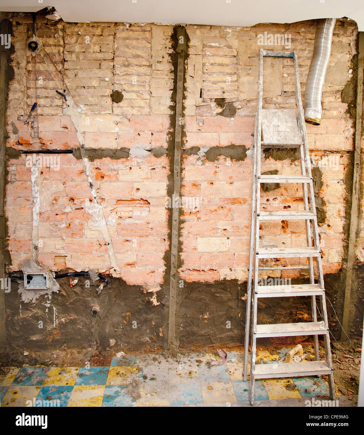 Abbruchmaterial im Innenausbau Küche und Leiter Stockbild