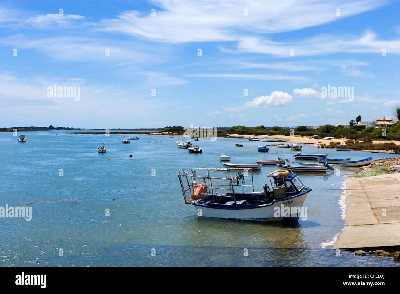 Boote im Hafen von Cabanas, in der Nähe von Tavira, Ost-Algarve, Portugal Stockbild
