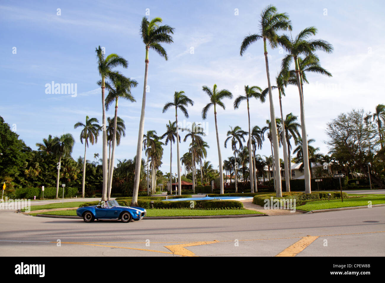 Boca Raton Florida East Camino Real Kreisverkehr Palmen blau Sportwagen Stockbild