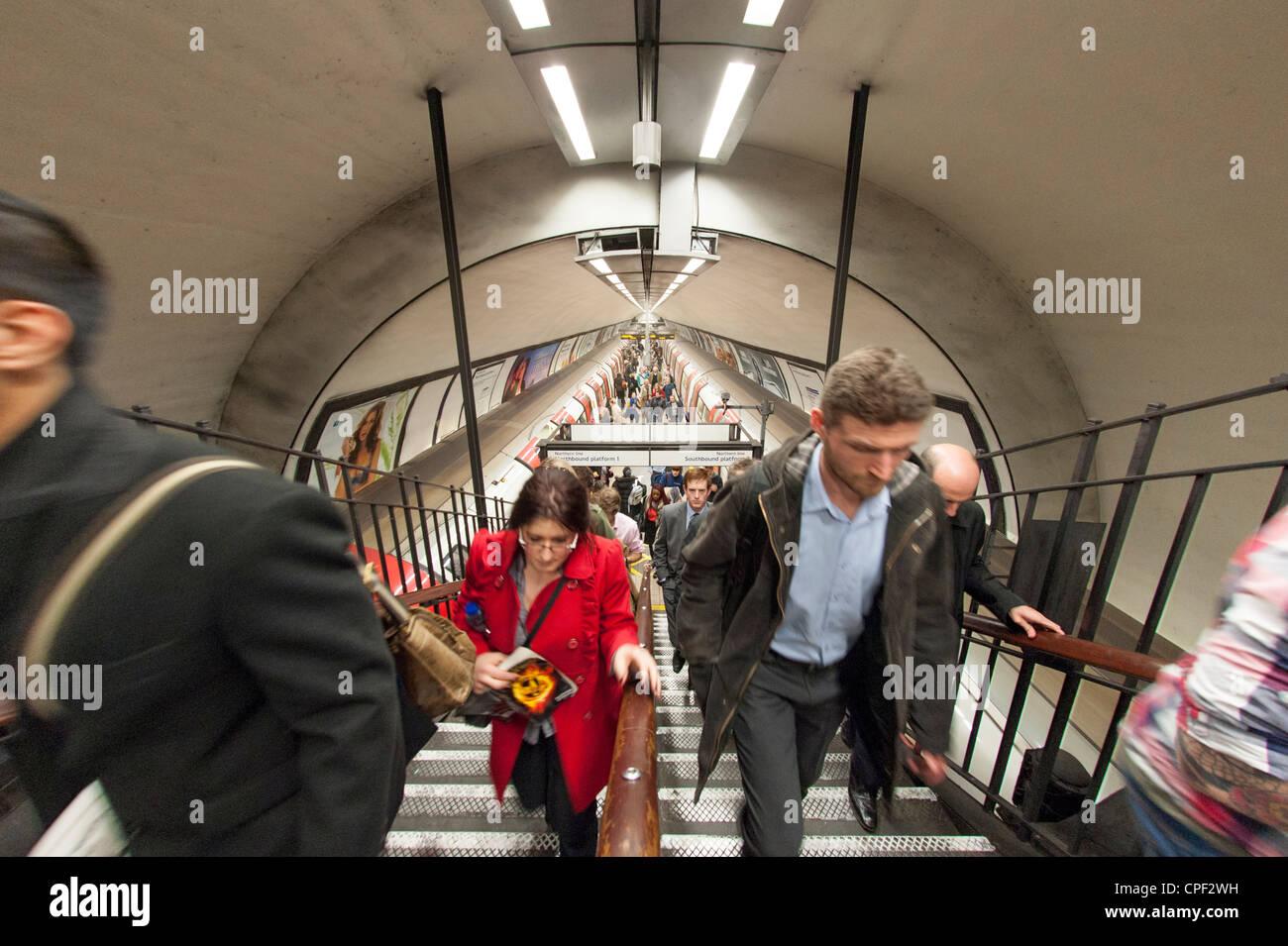 Rush Hour an der U-Bahnstation Clapham Common, London, England, Großbritannien Stockbild