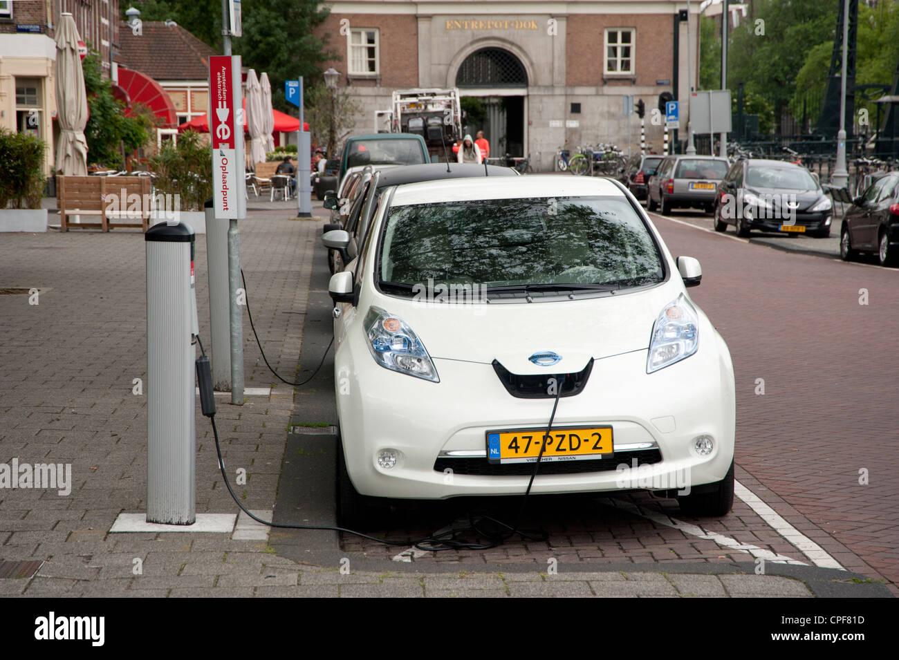nissan leaf elektroauto aufgeladen an ladestation stockfoto, bild