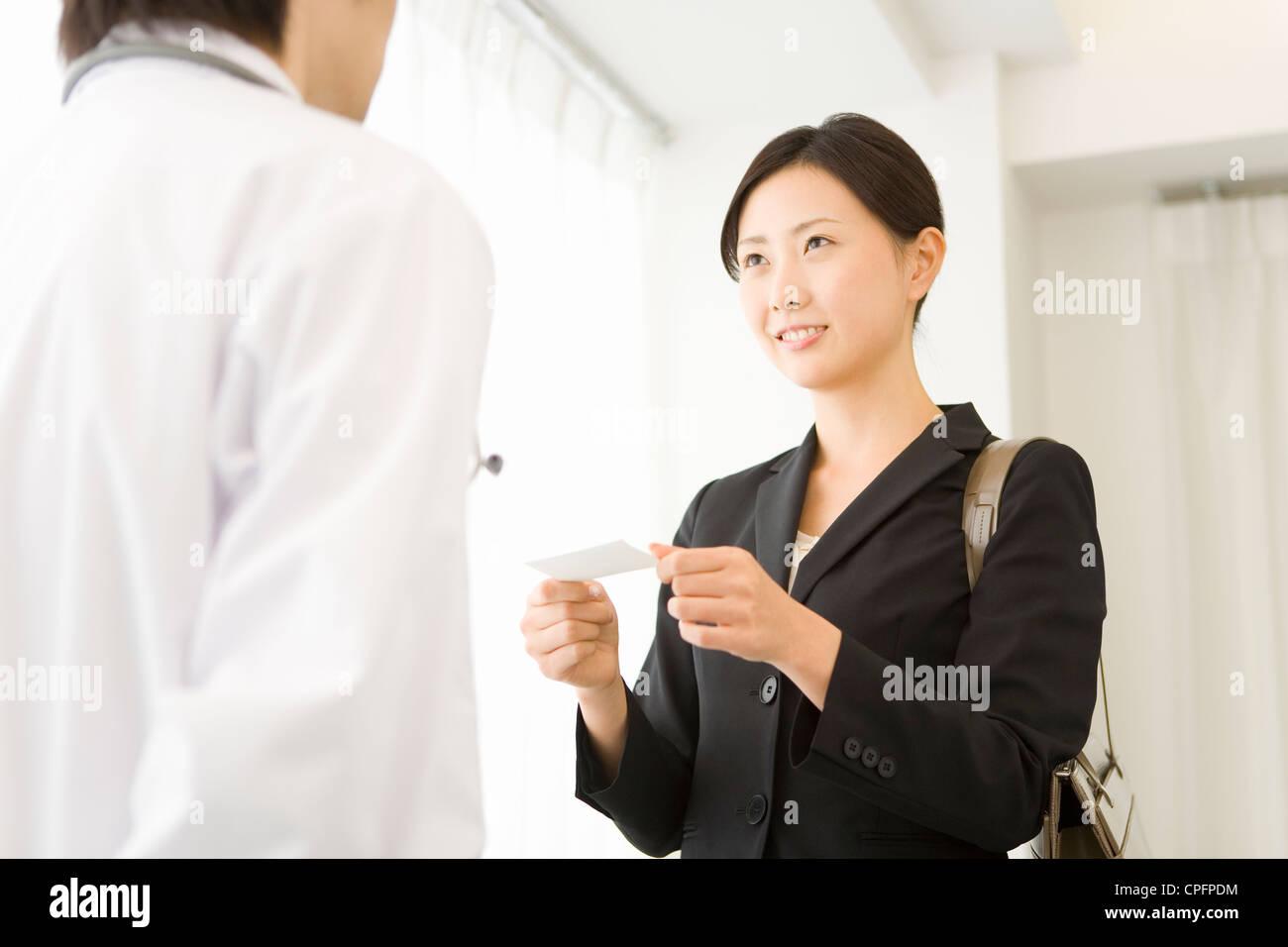 Pharmazeutischen Vertrieb repräsentative präsentiert Namenskarte mit ...
