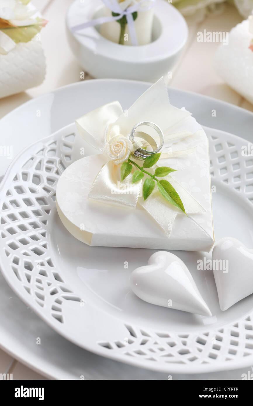 Luxus-Gedeck in weiß mit kleinen Gastgeschenk Stockbild