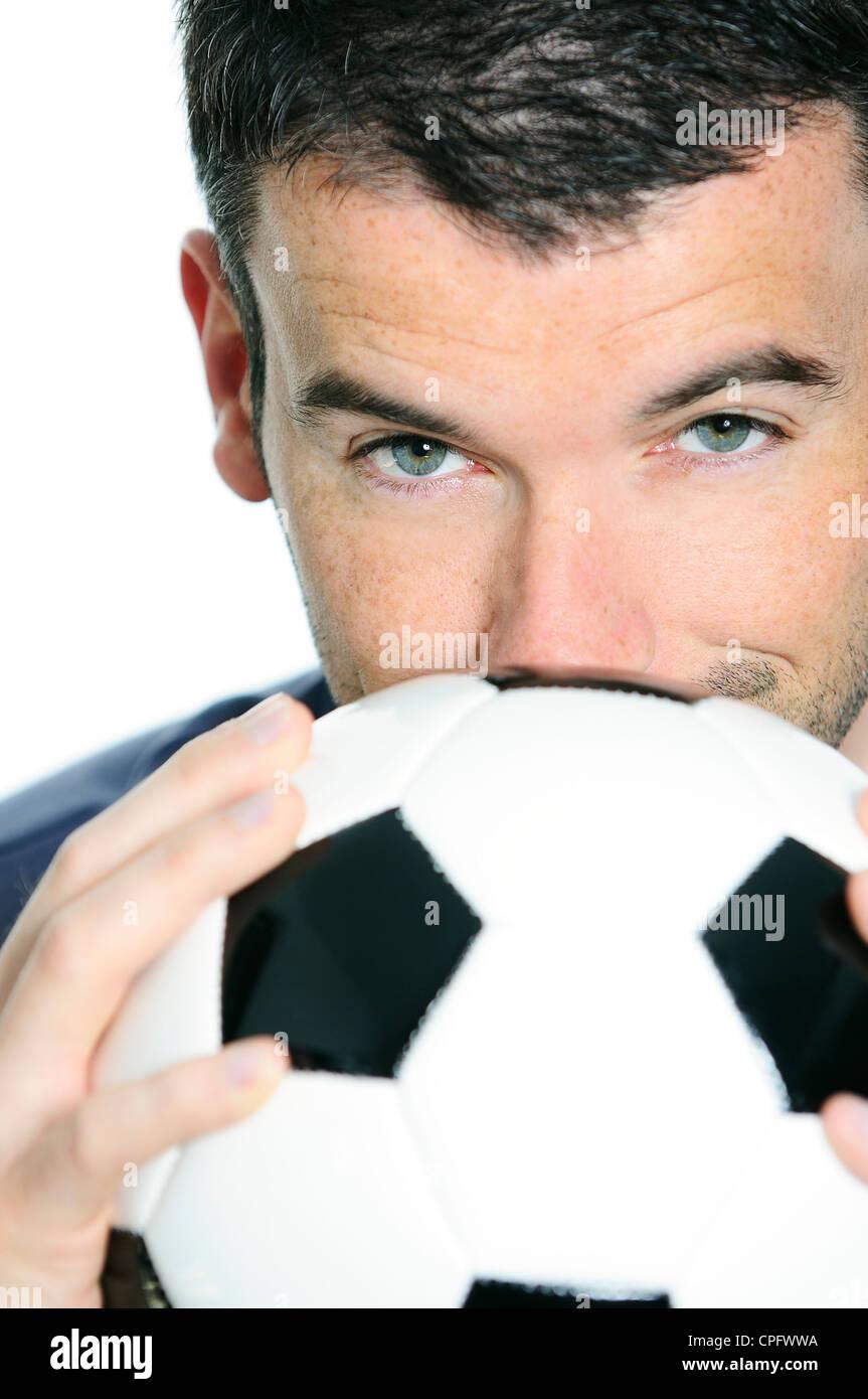Nahaufnahme der leidenschaftliche Fußballspieler mit weißen und schwarzen Ballon Stockbild