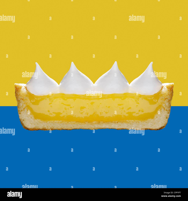 Lemon Meringue Pie, Querschnitt zeigt die Schichten Stockbild