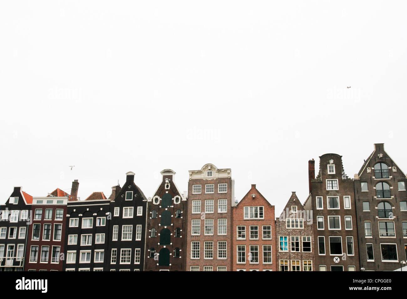 typische Amsterdamer Häuser spiegeln sich in den Kanal Stockbild