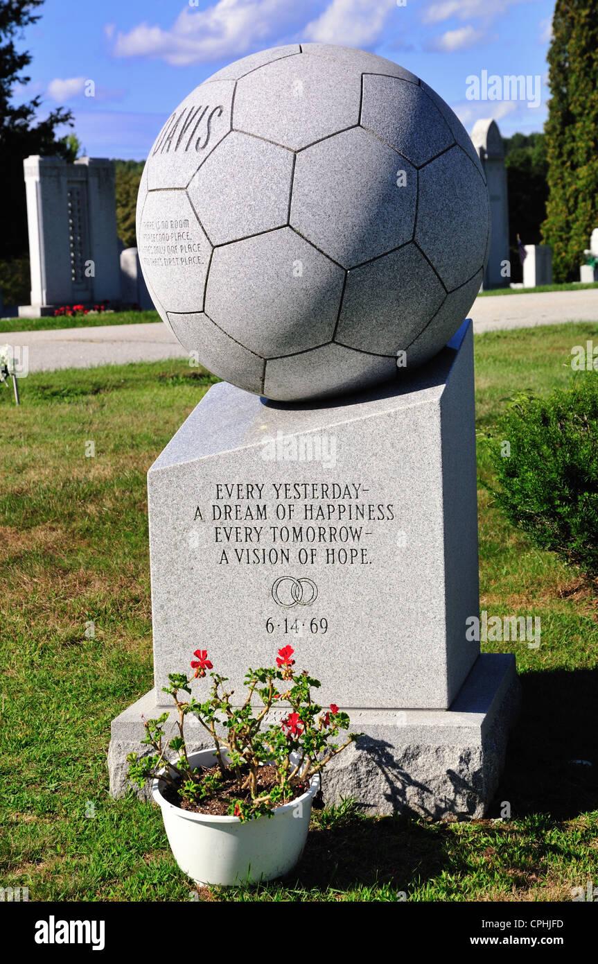 Grabstein in Form eines Fußballs in Hope Cemetery, Barre, Vermont Stockbild