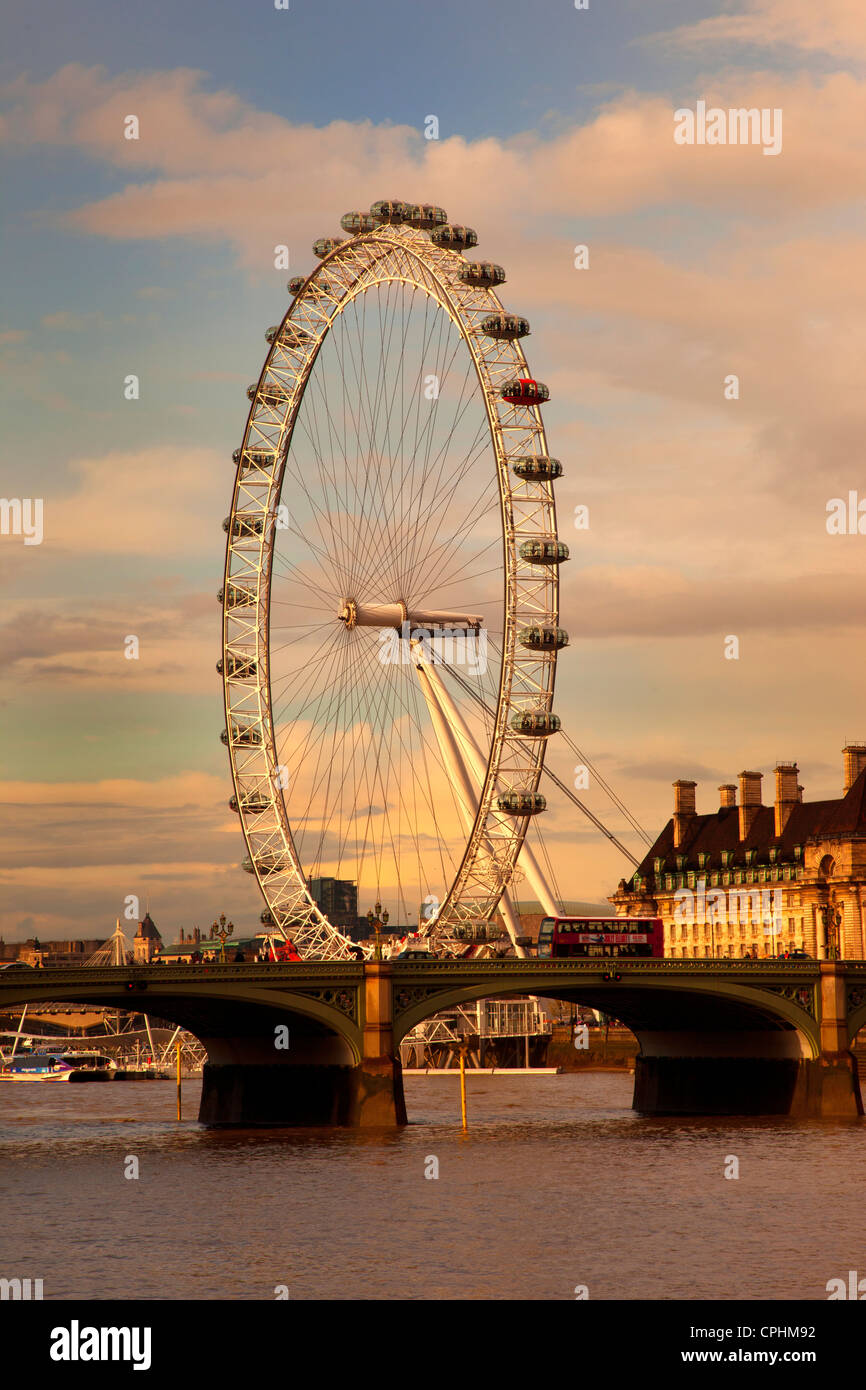 London Eye, Millennium Wheel im späten Nachmittag Licht mit Westminster Bridge und Red Bus, London, England. Stockbild