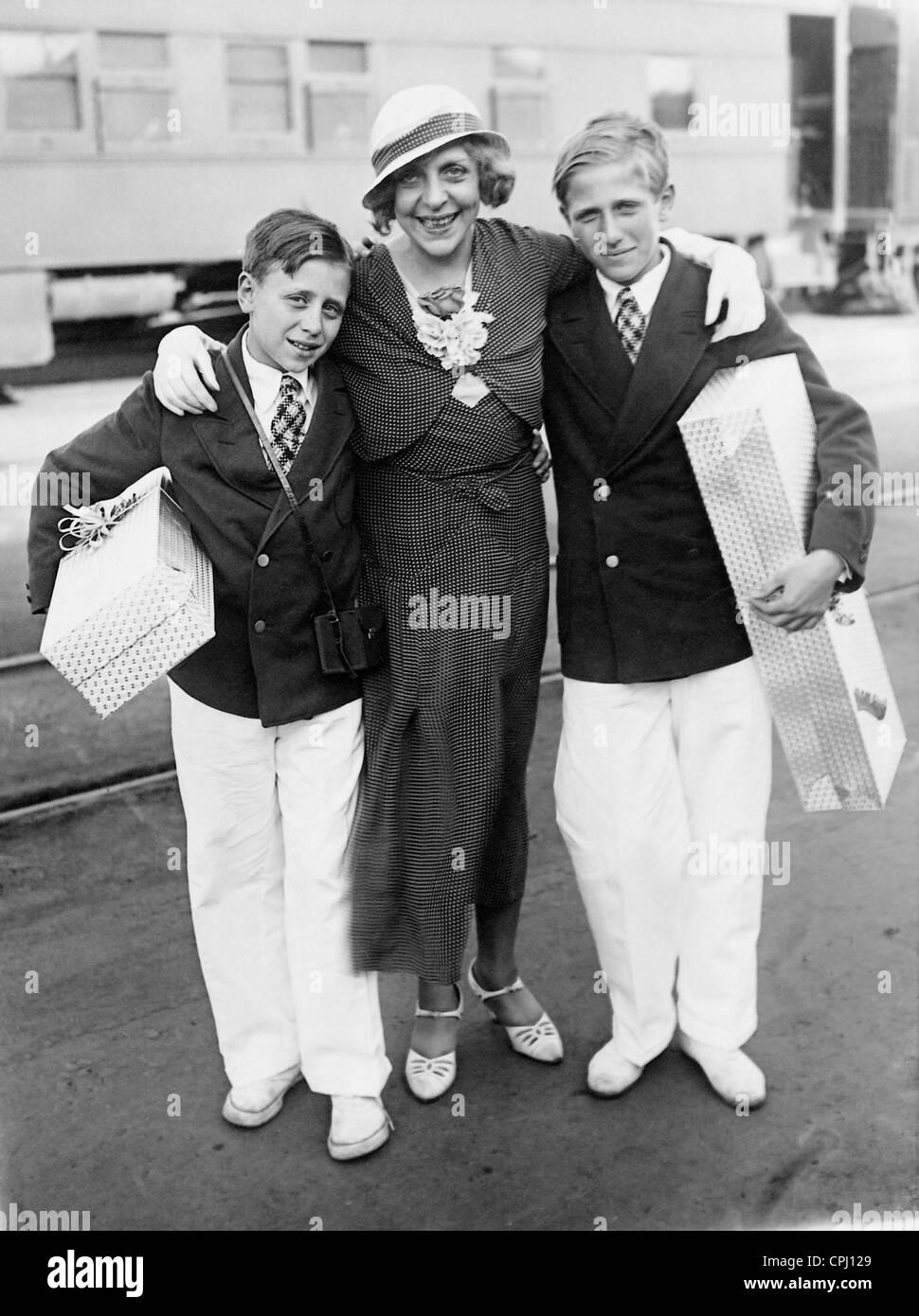 Vicki Baum mit ihren Söhnen, 1932 Stockbild