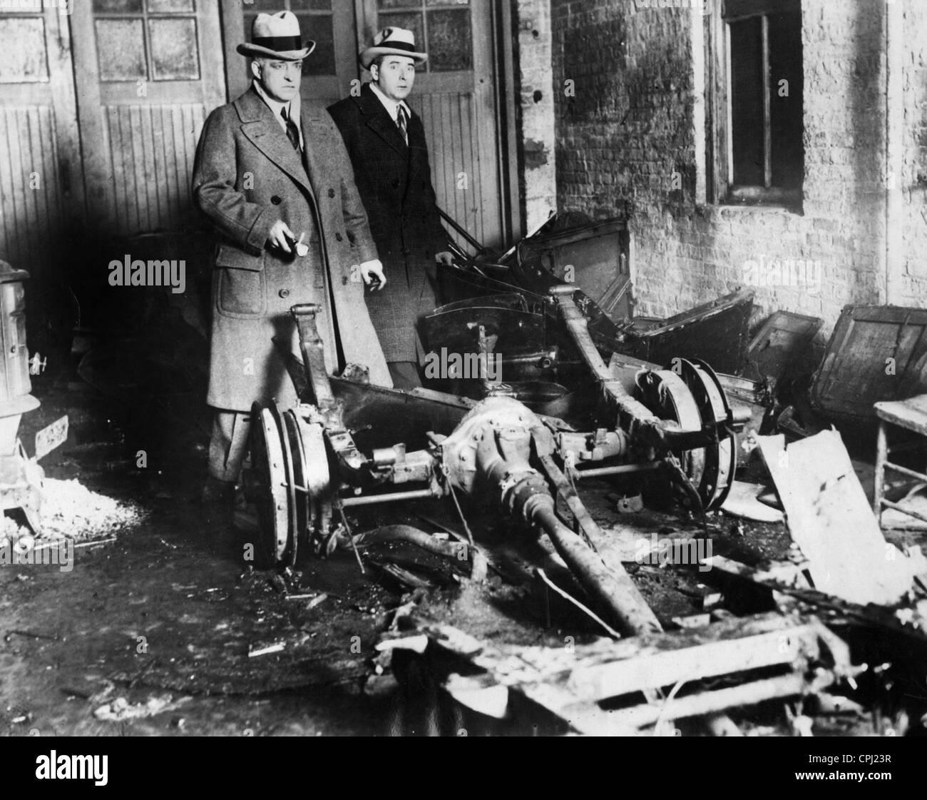 Polizisten am Tatort das Valentinstag-Massaker in Chicago, 1929 ...