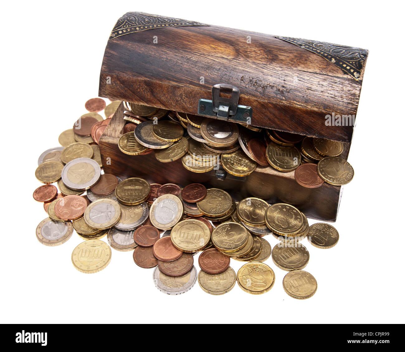 Schatz Mit Euro Münzen Gesamtansicht Isoliert Auf Weißem
