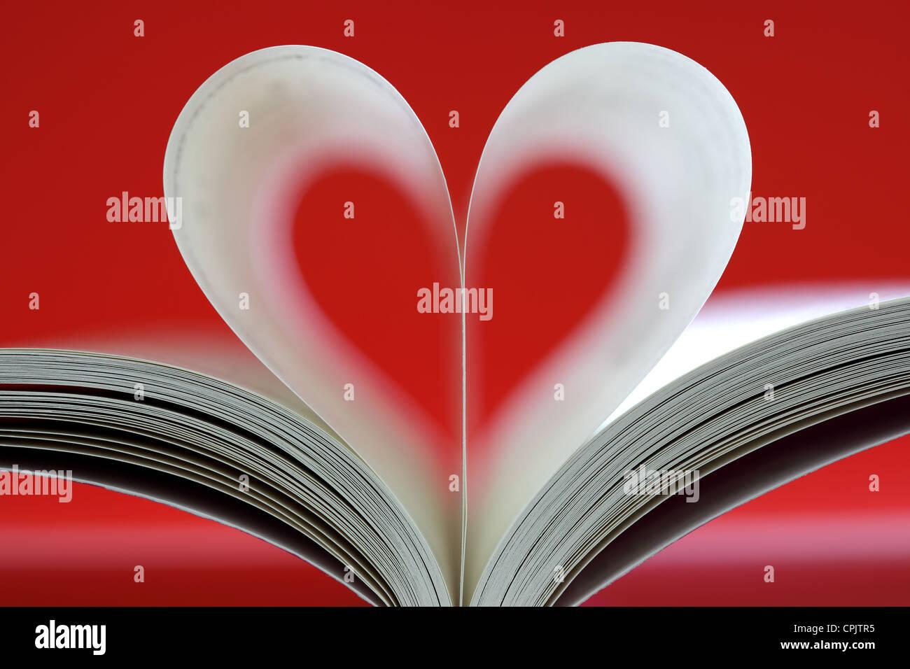 Buch in Herzform Stockbild