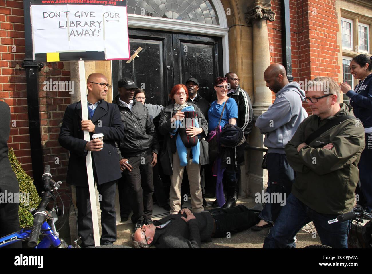 Anwohner außerhalb Kensal Aufstieg Bibliothek versucht, die Entfernung von Büchern, nach dem Ratsbeschluss Stockbild