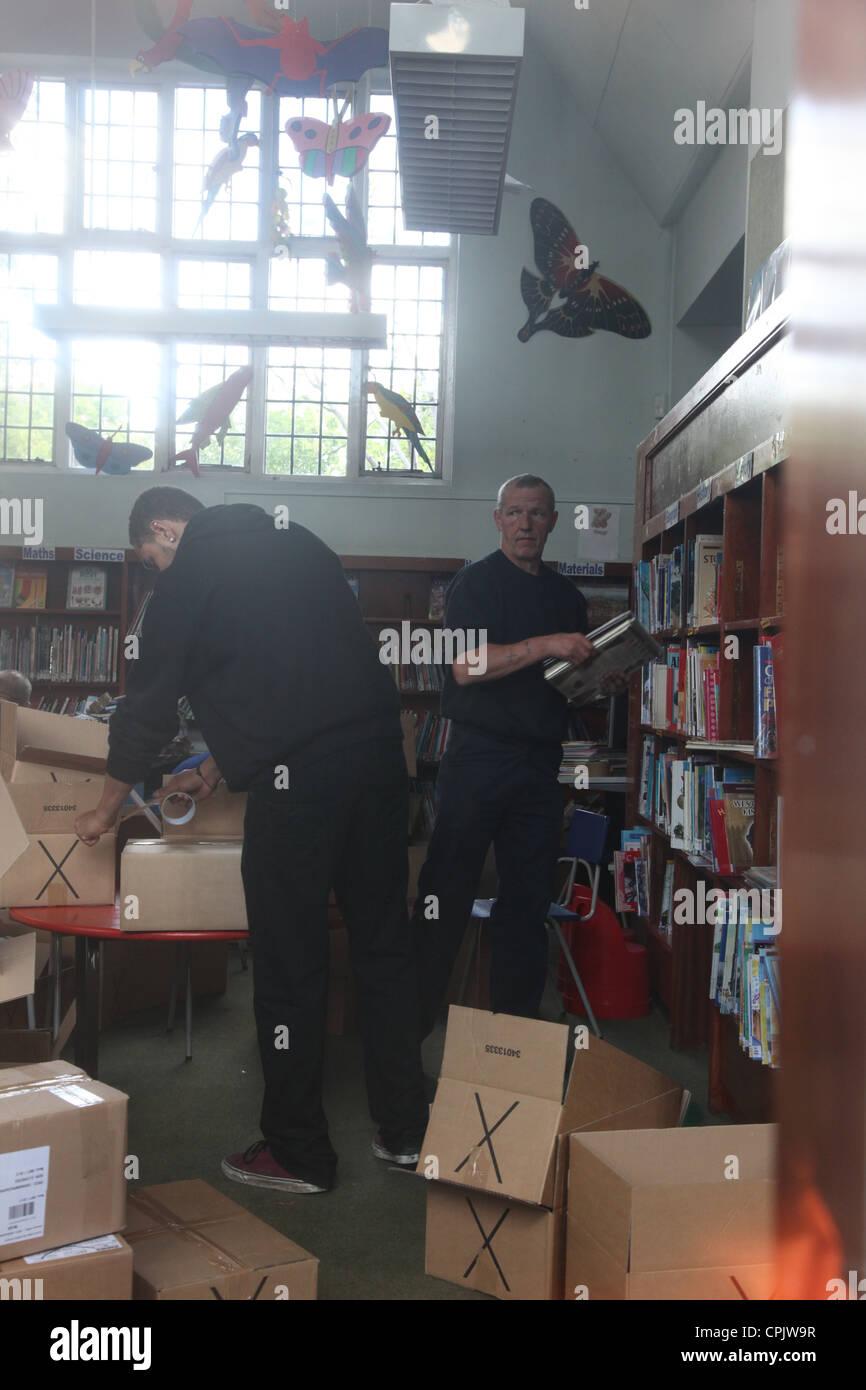 Des Rates Beamten leeren Kensal Aufstieg Bibliothek der Bücher, nachdem die Entscheidung getroffen wurde, um Stockbild