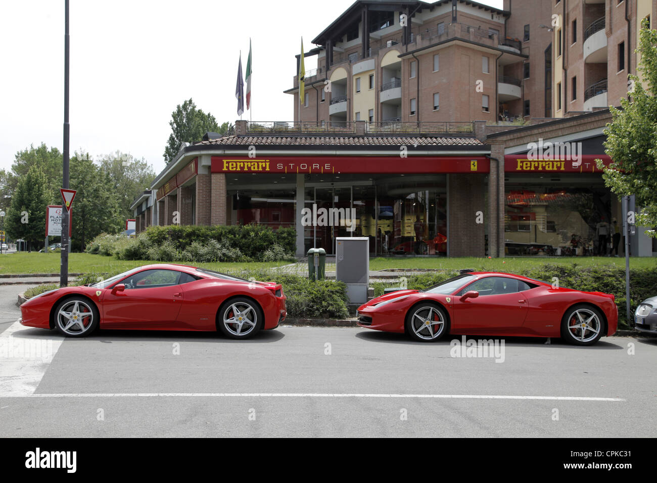 ROTER FERRARI 458 Autos & STORE MARANELLO Italien 8. Mai 2012 Stockbild