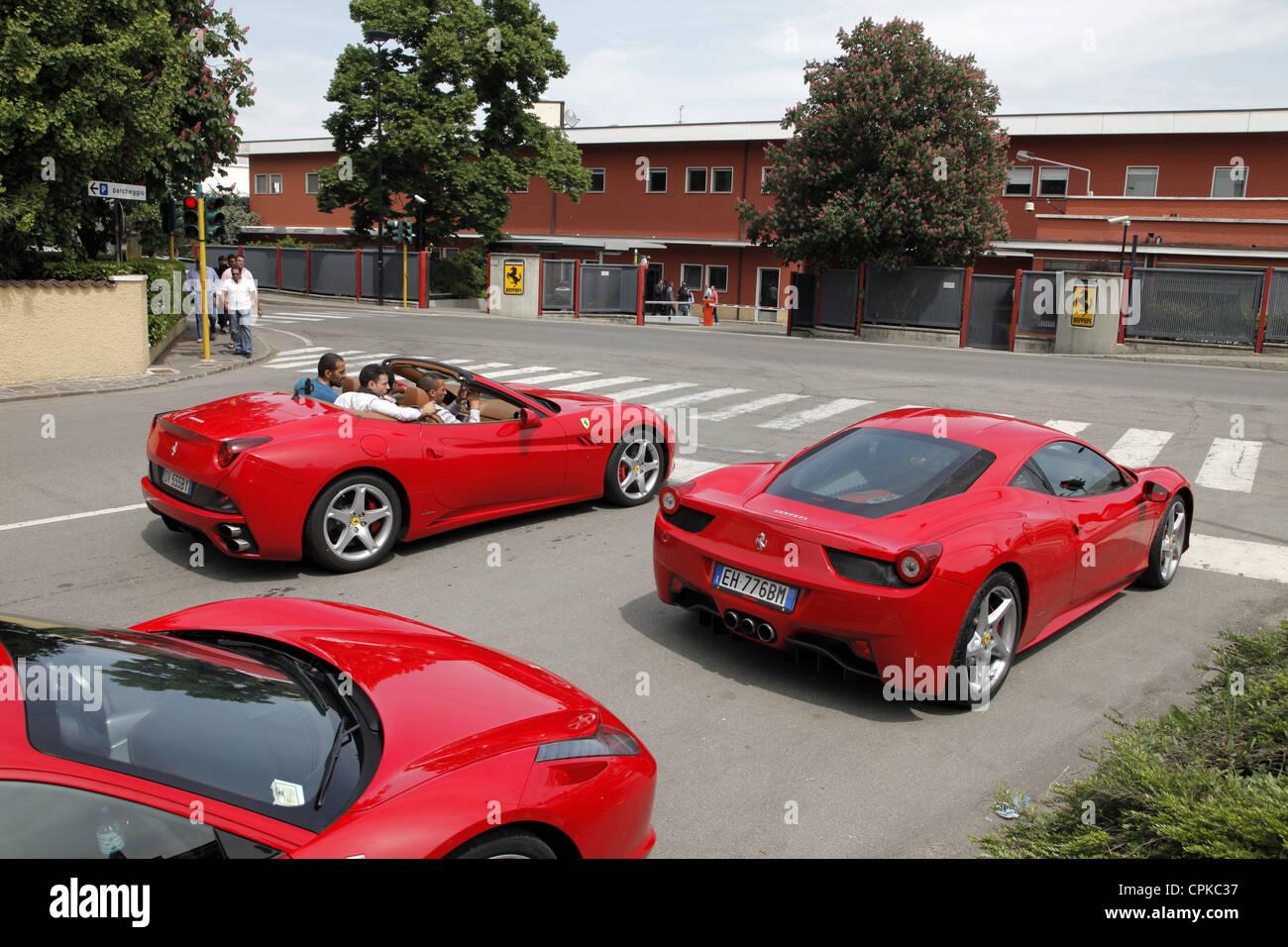 ROTER FERRARI 458 Autos & WERKSTOREN MARANELLO Italien 8. Mai 2012 Stockbild