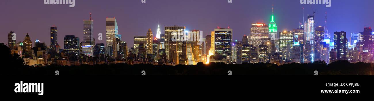 Panorama von Midtown Manhattan in der Nacht in New York City am Central Park South Stockbild