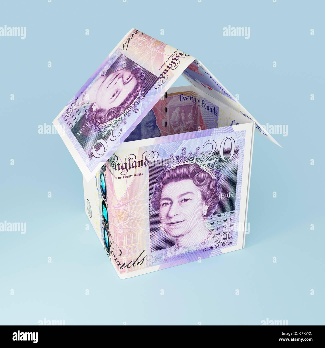 Geld-Haus mit zwanzig Pfund Notizen gemacht Stockbild