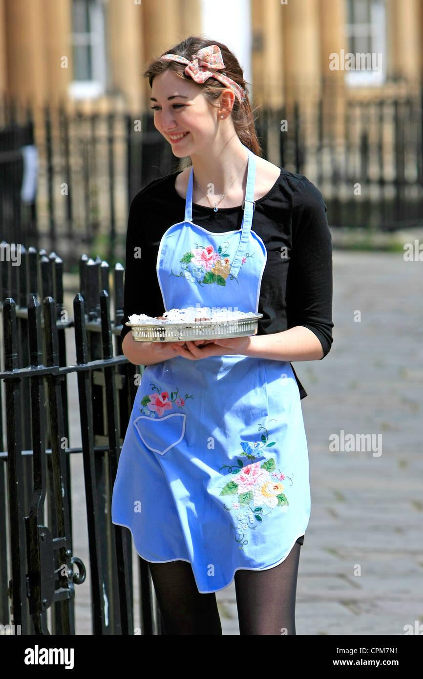 Junge Erwachsene Madchen Verschenken Kostenlose Proben Von Kuchen