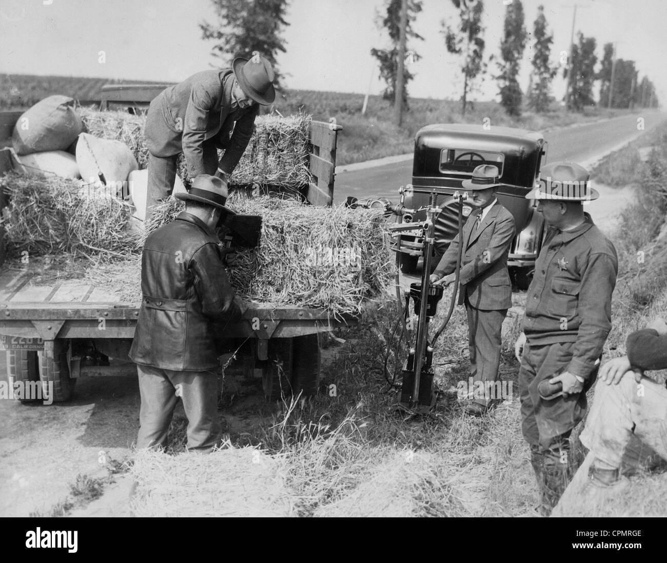 Suche eines LKW an die Zeit der Prohibition in den Vereinigten Staaten, 1927 Stockbild