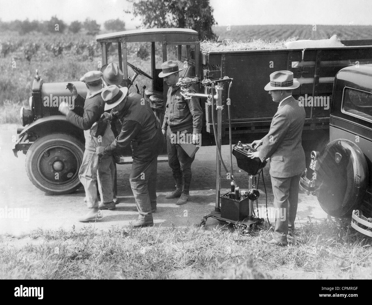 Festnahme eines Schmugglers von Alkohol zur Zeit der Prohibition in den Vereinigten Staaten, 1927 Stockbild
