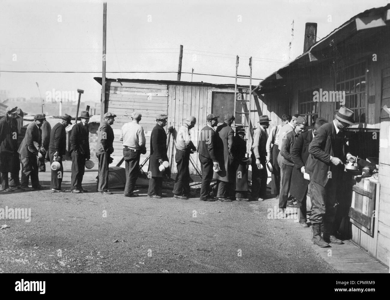 Arbeitslosen vor einer Suppenküche in New York, 1933 Stockfoto, Bild ...
