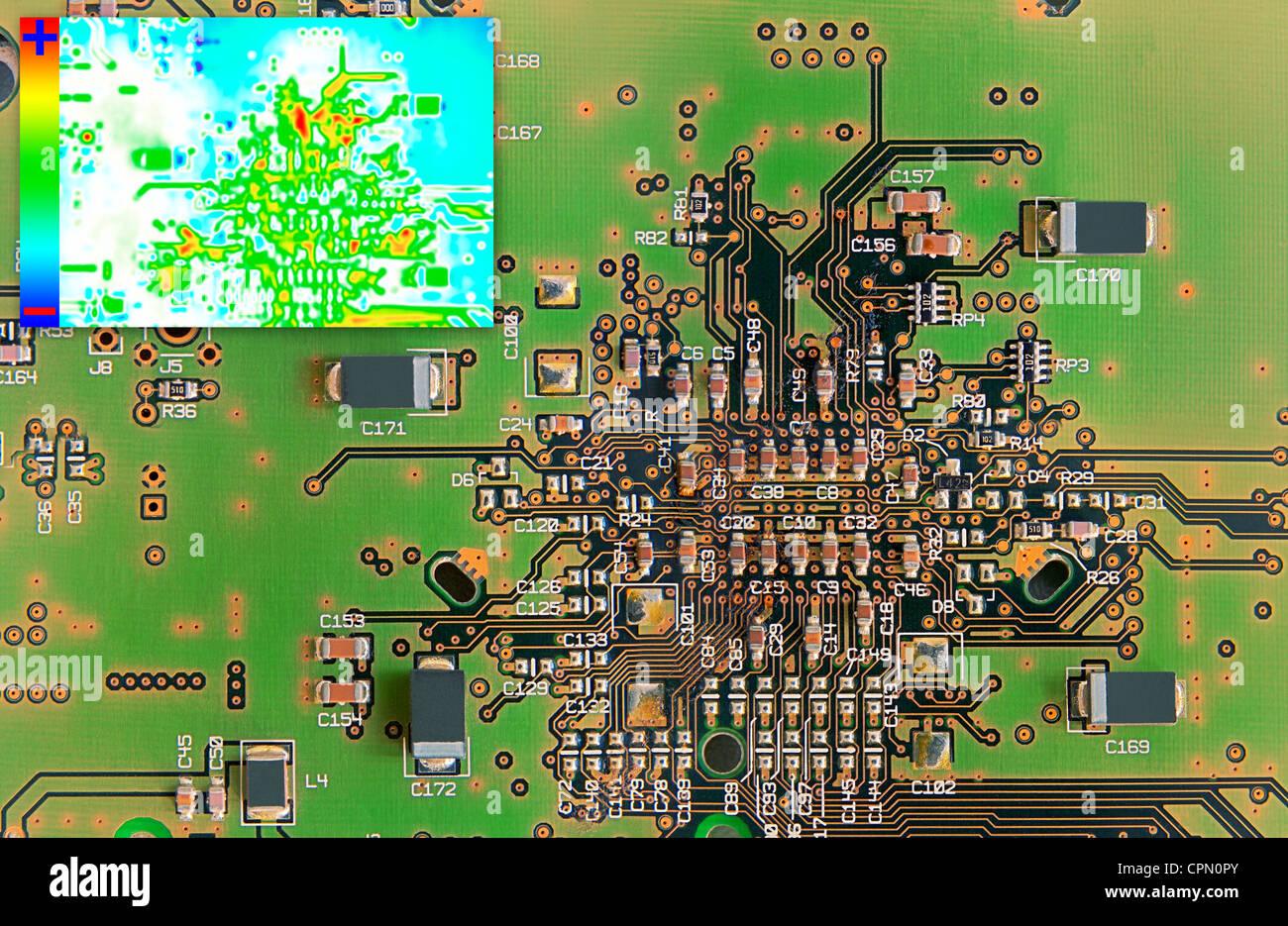 Grüne Elektronikplatine mit Wärmebild-Diagramm für die Fehlererkennung Stockbild