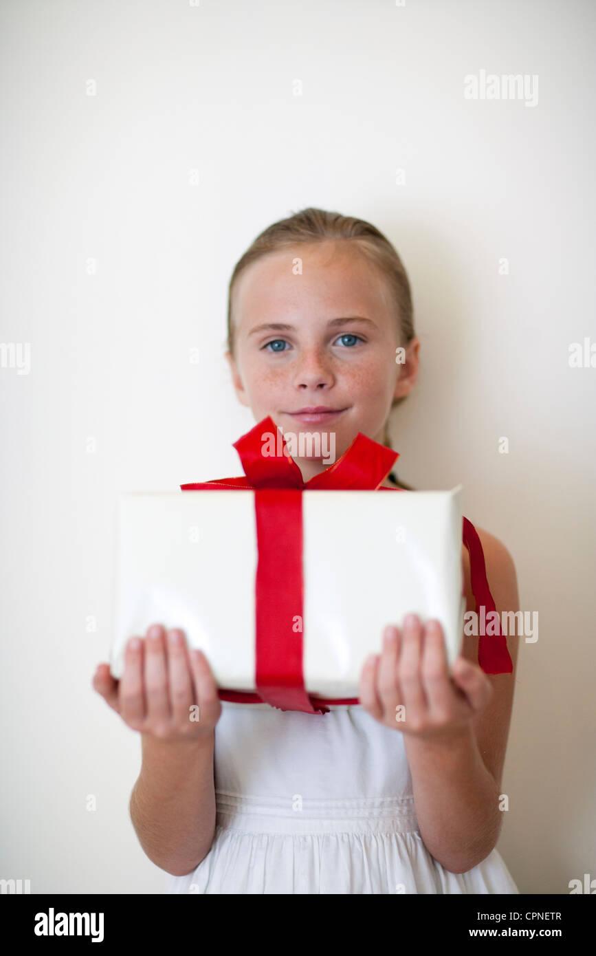 Eingewickeltes Geschenk Stockfotos & Eingewickeltes Geschenk Bilder ...
