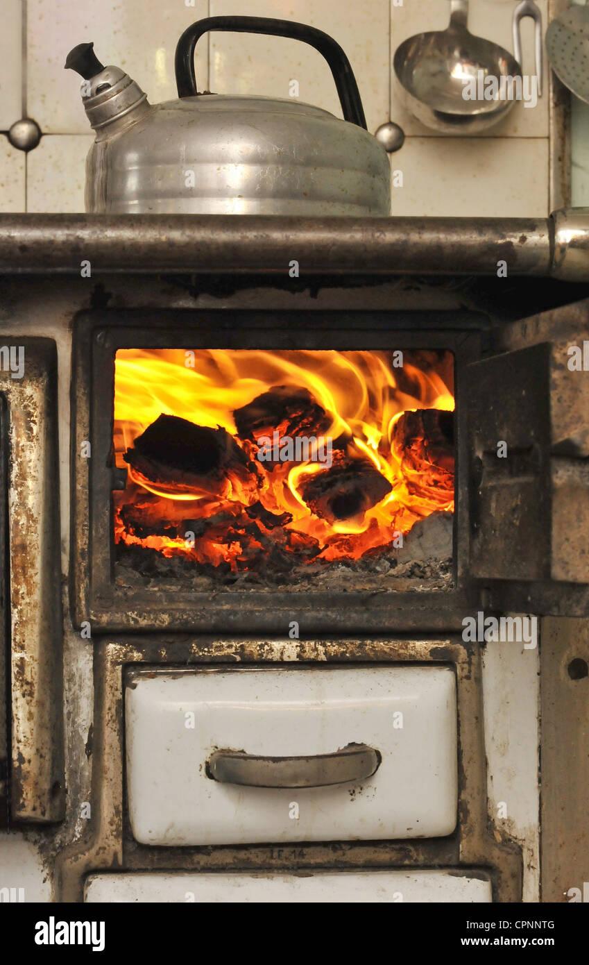 Wunderbar Feuer, Kamin, Wasserkocher Auf Dem Herd, Feuer Im Herd, Ofen Aus Der Zeit  Um 1900, Deutschland, Additional Rights   Clearance Info   Not Available