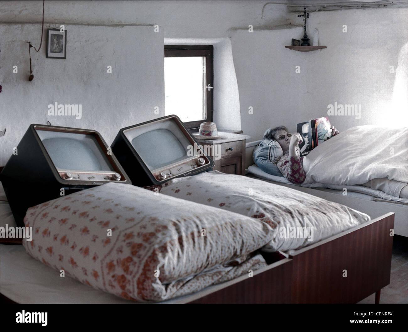 Rundfunk, Fernsehen, zwei Fernseher im Bett, im Schlafzimmer, Symbol ...