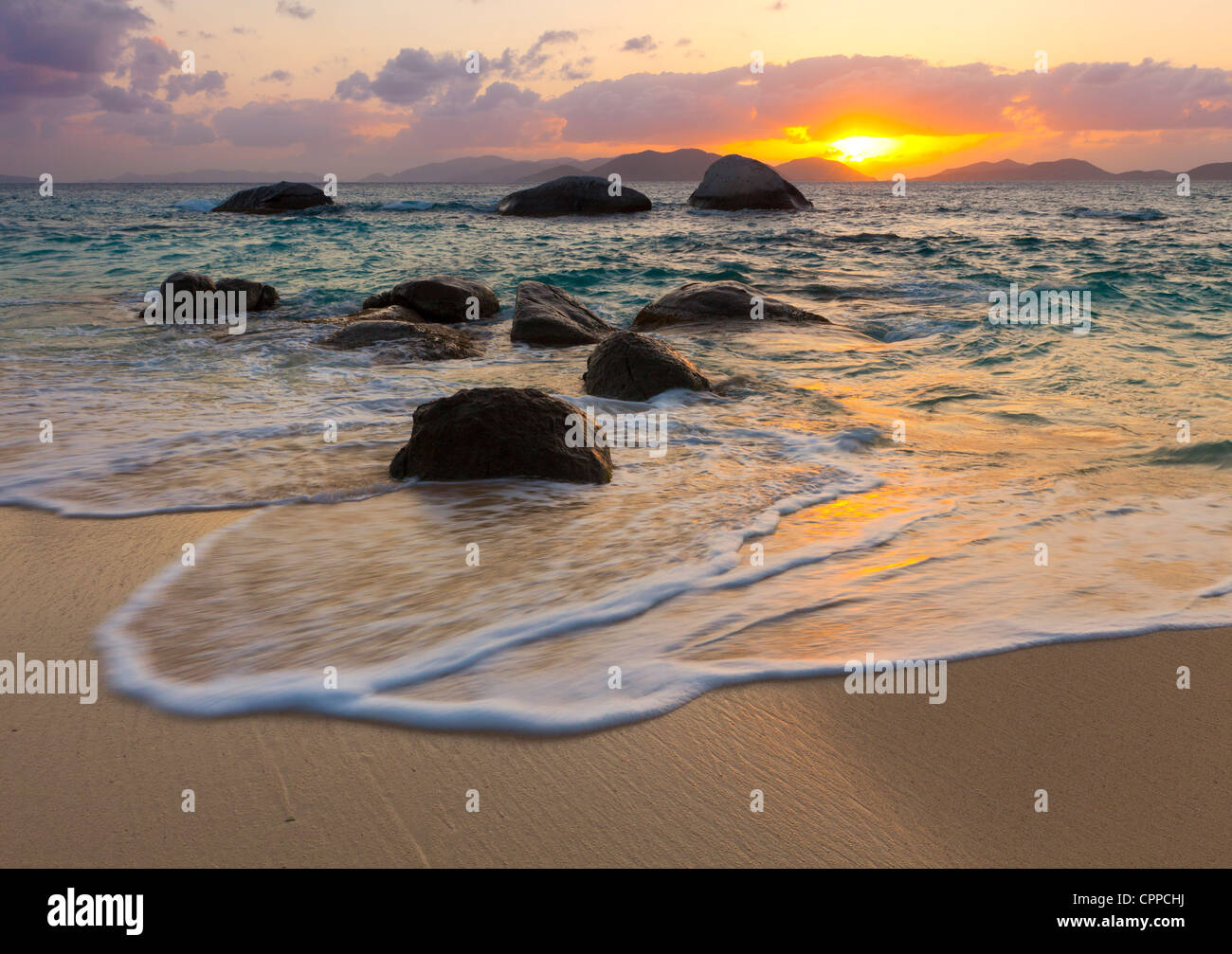 Virgin Gorda, Britische Jungferninseln, Karibik Felsbrocken awash in der Brandung des kleinen Trunk Bay Stockbild