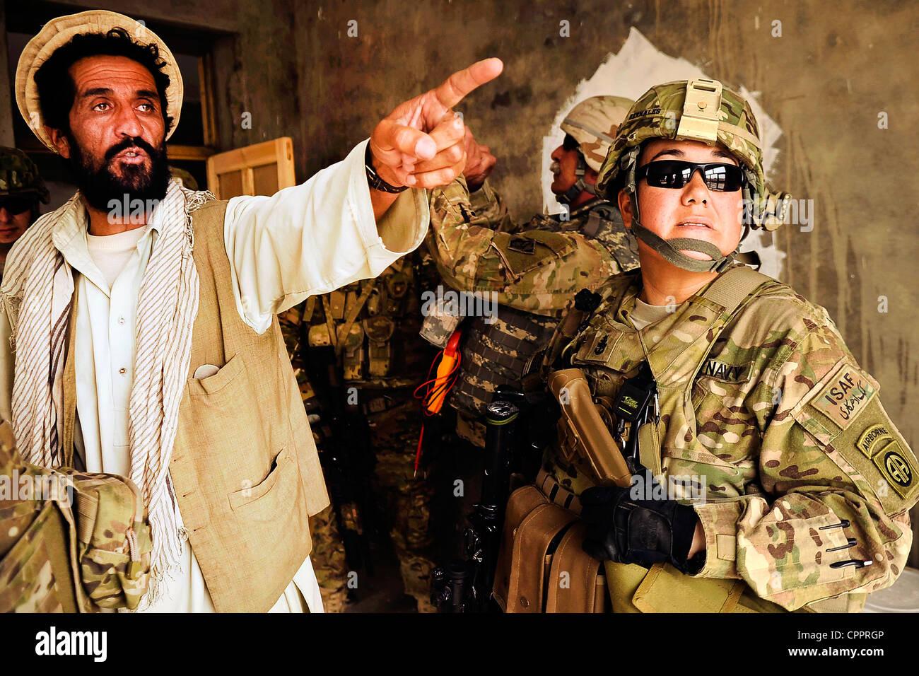 US-Streitkräfte mit der Kandahar Provincial Reconstruction Team Gespräche mit lokalen afghanischen Dienstnehmerin Stockbild