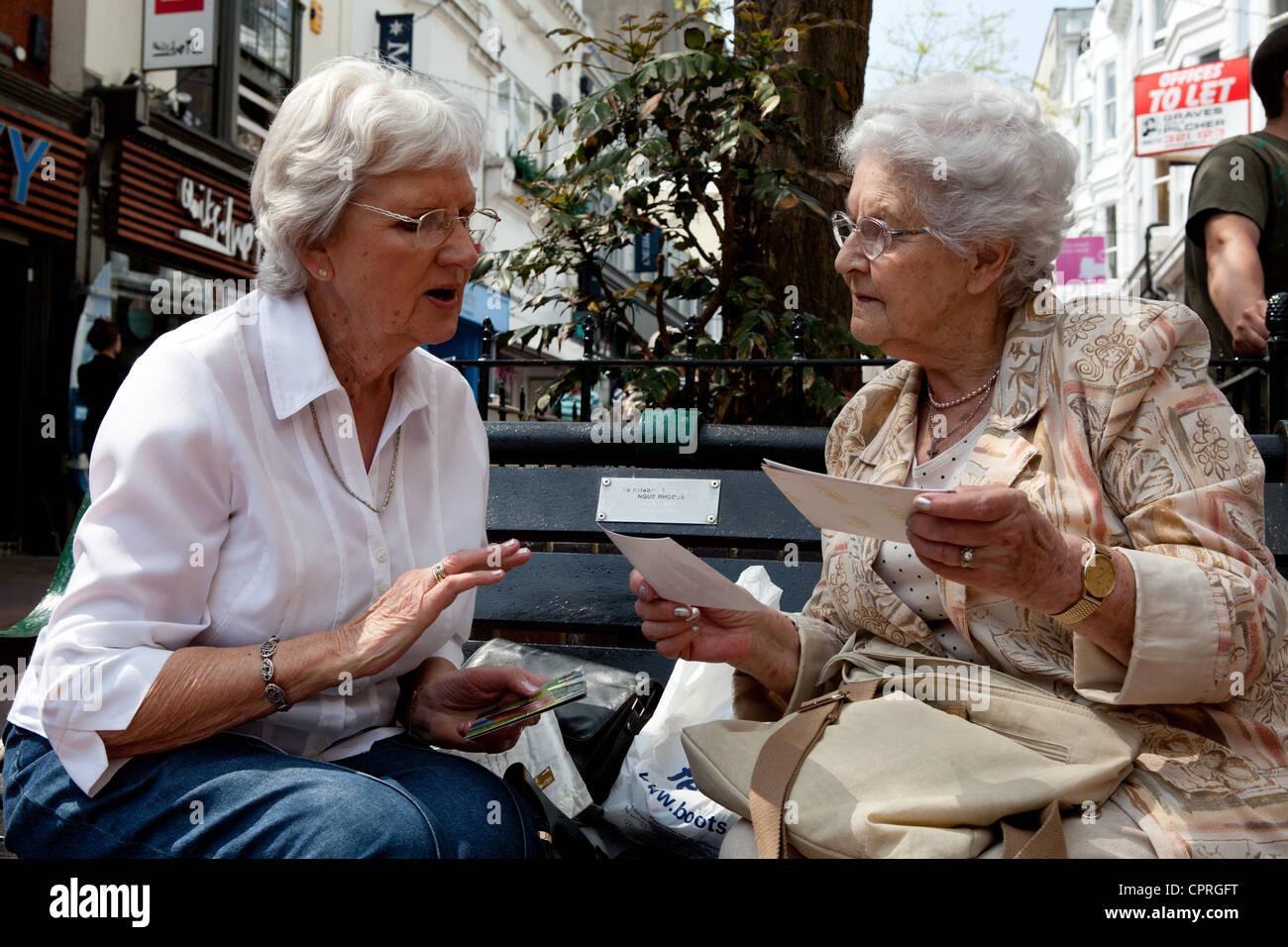 Alte Freunde im Gespräch Stockbild