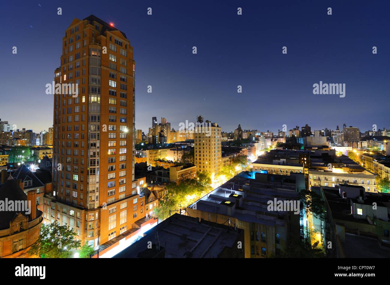 Skyline von Wohngebäuden in der Upper West Side von Manhattan in der Nacht Stockbild