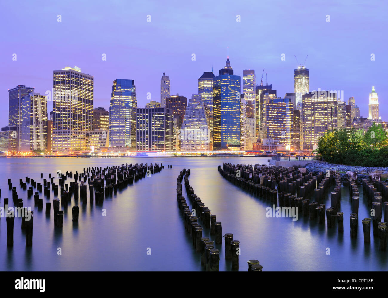 Lower Manhattan in der Nacht in New York City Stockbild