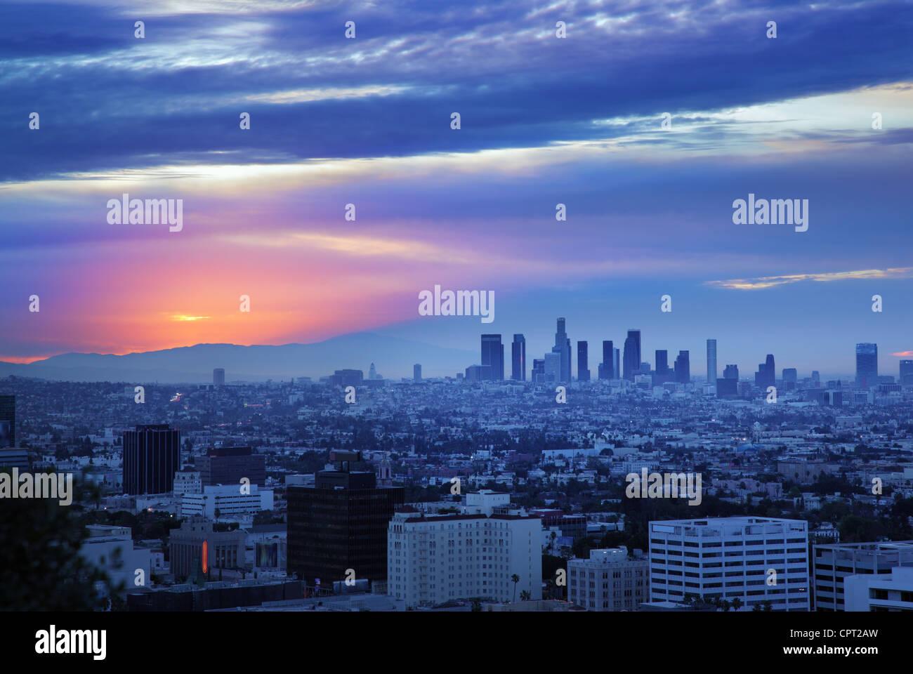 Skyline von Los Angeles bei Sonnenaufgang, Blick vom Hollywood Hills. Stockbild
