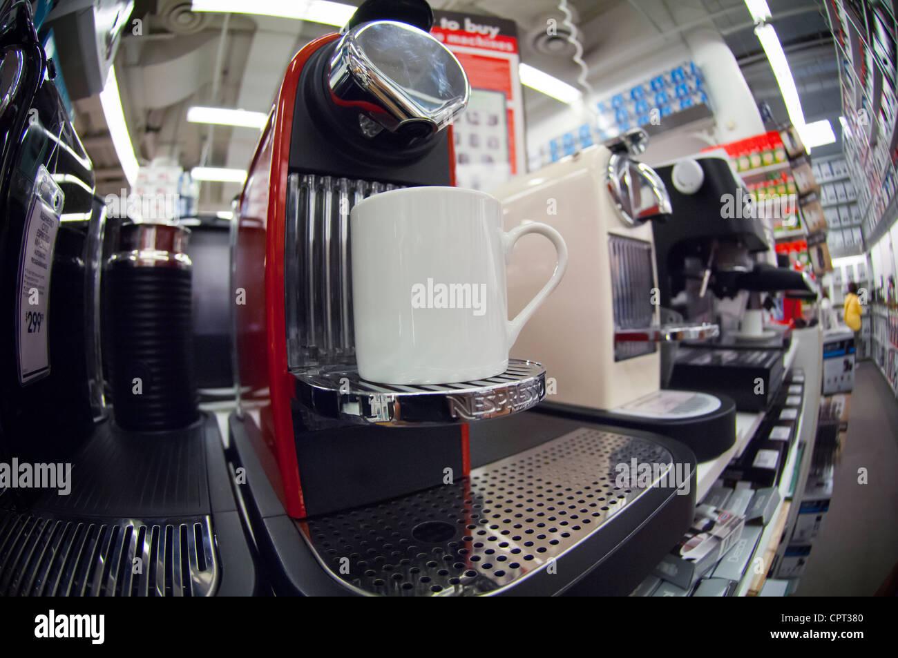 Eine Nespresso-Kaffeemaschine ist für den Verkauf in einem Bett, Bad ...