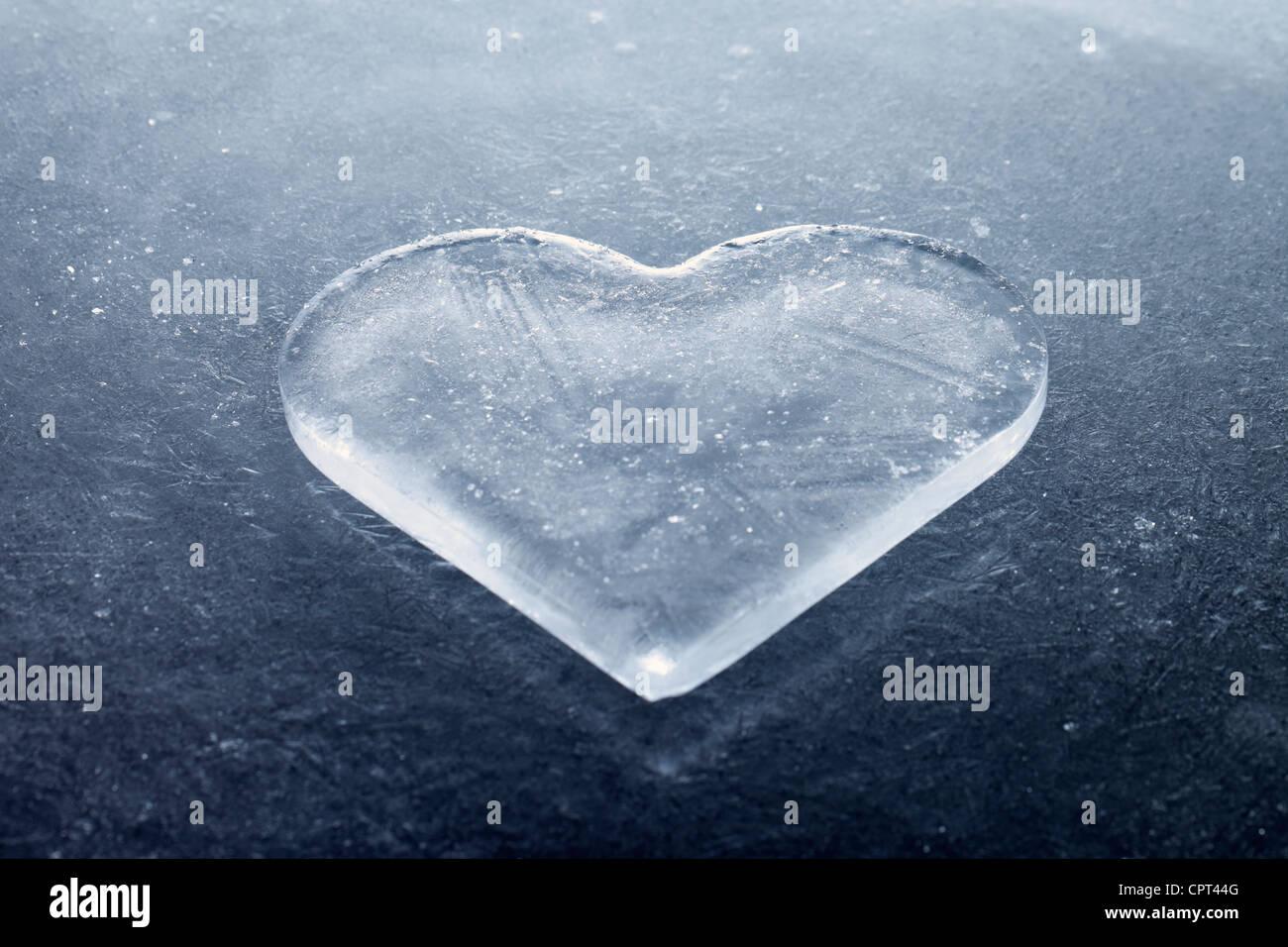 Ein Stück Eis wie ein Herz geformt. Stockfoto