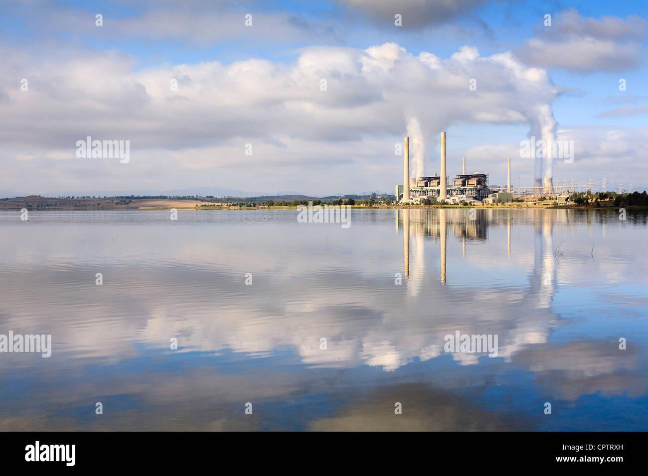 See-Liddell Kohlekraftwerk Kraftwerk, spiegelt im See Liddell, NSW, Australien. Stockbild