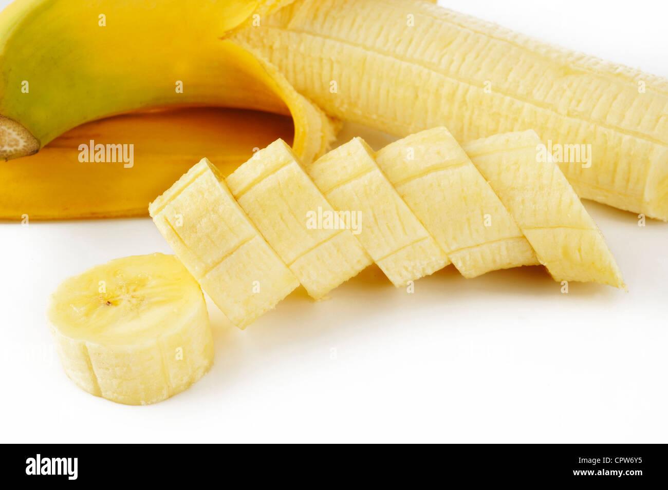 in Scheiben geschnittenen Bananen auf weißem Stockbild