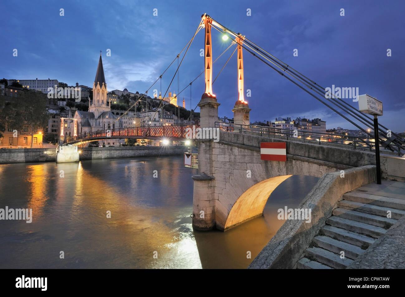Brücke über den Fluss Saone in der Nacht, Lyon, Frankreich Stockbild