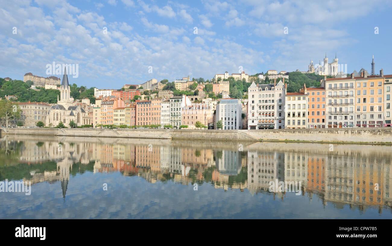 Stadt von Lyon spiegelt sich im Fluss Saône, Frankreich Stockbild