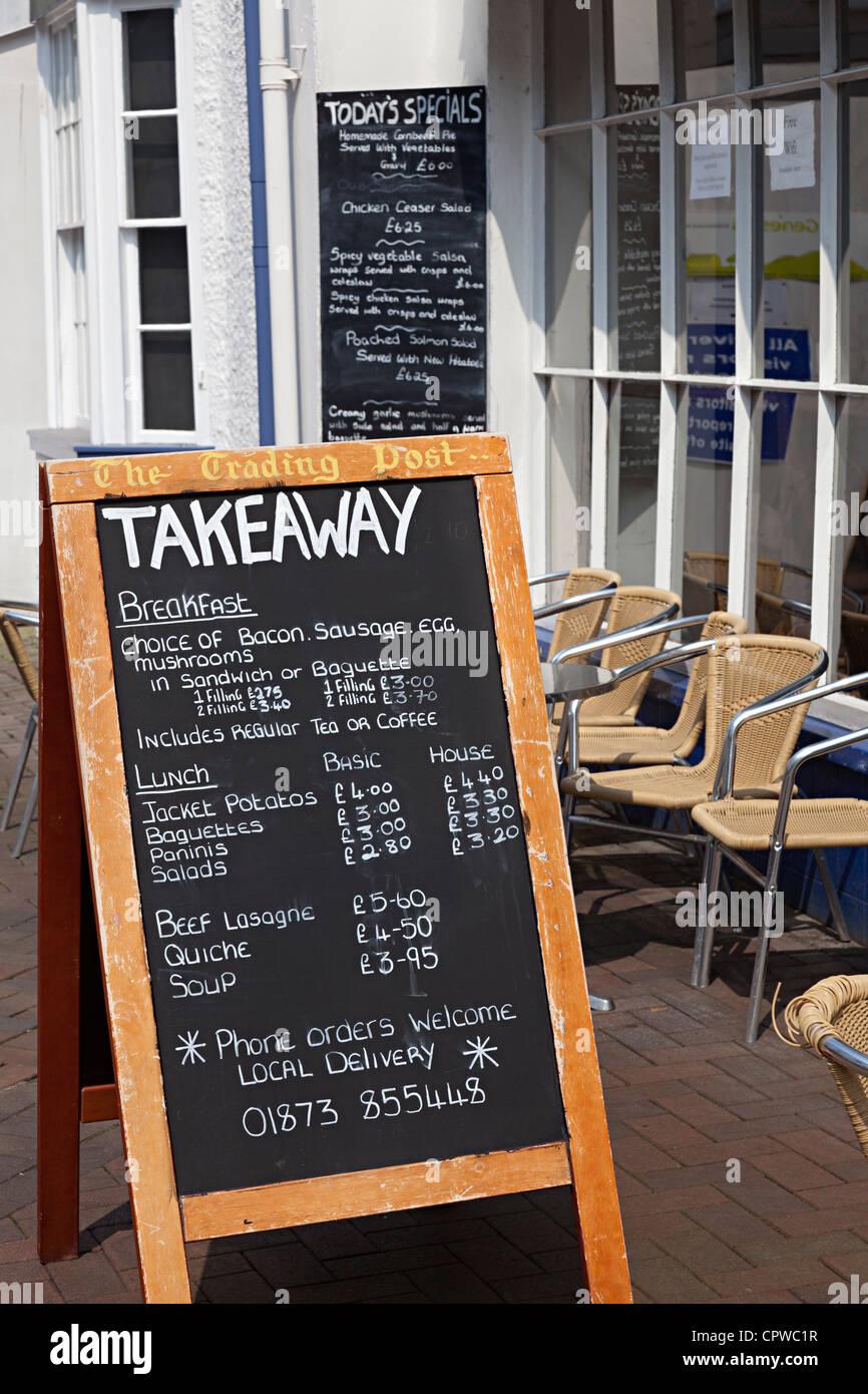 Tafel-Menüs außerhalb Café, Abergavenny, Wales, UK Stockbild