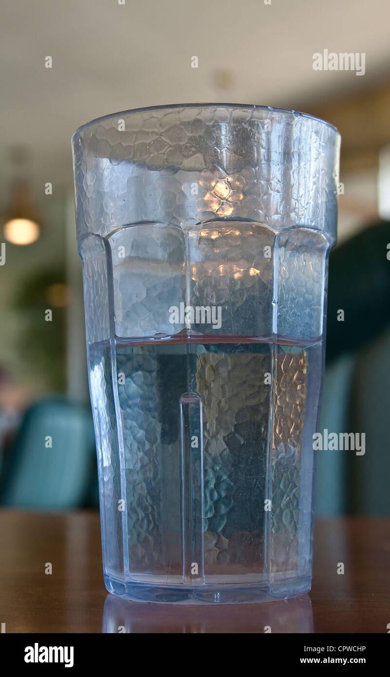 Glas von Wasser, halb voll oder halb leer ist Stockbild
