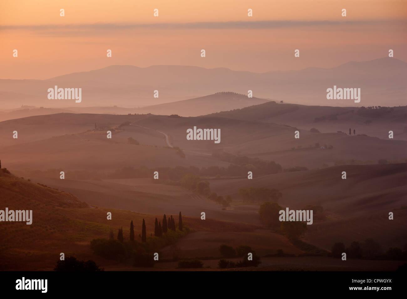 Toskanischer Landschaft des Hügels Pisten im Val D'Orcia, Toskana, Italien Stockbild