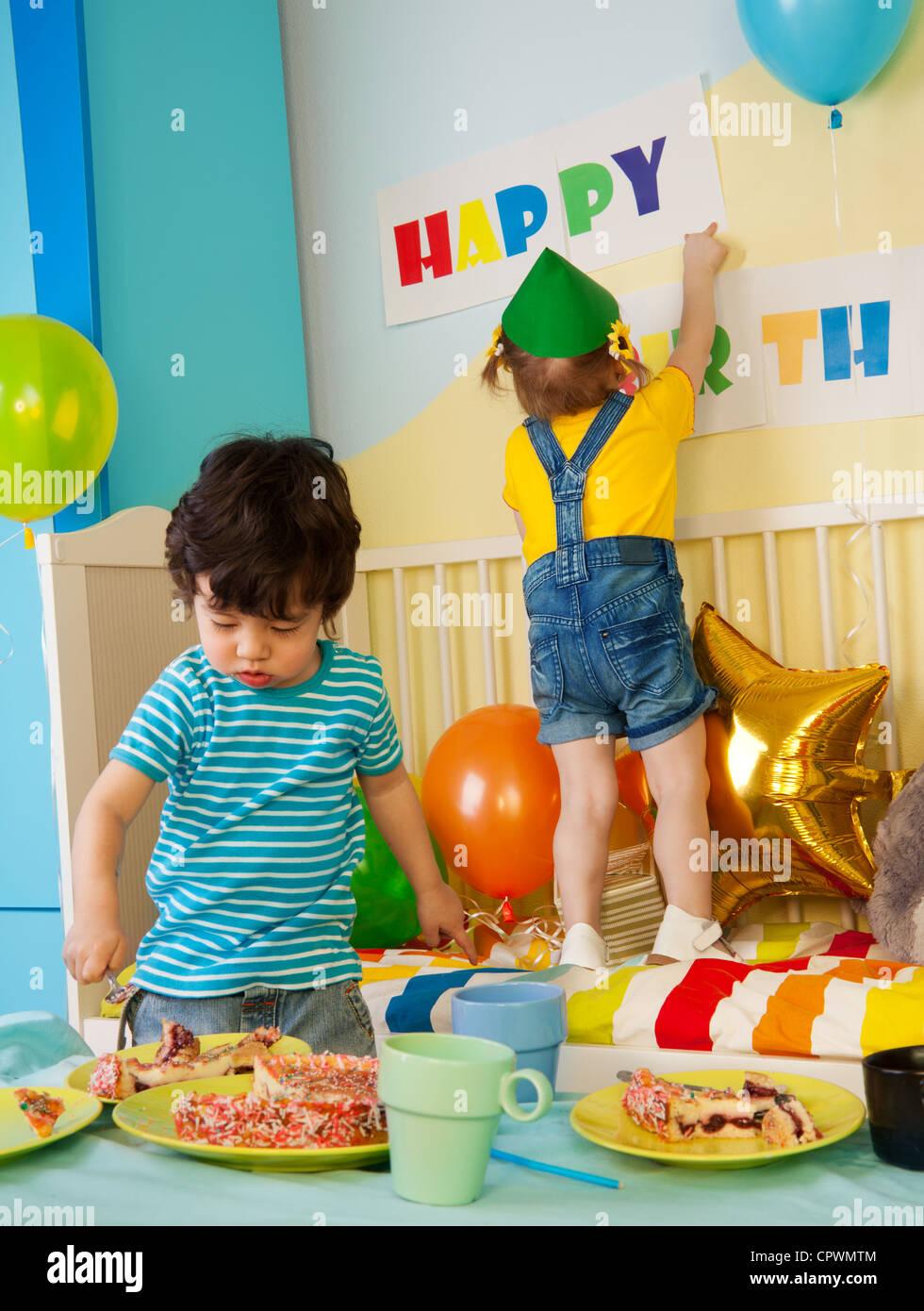 Kinder Geburtstagsparty Essen Kuchen Jungen Und Madchen Hangt Ein