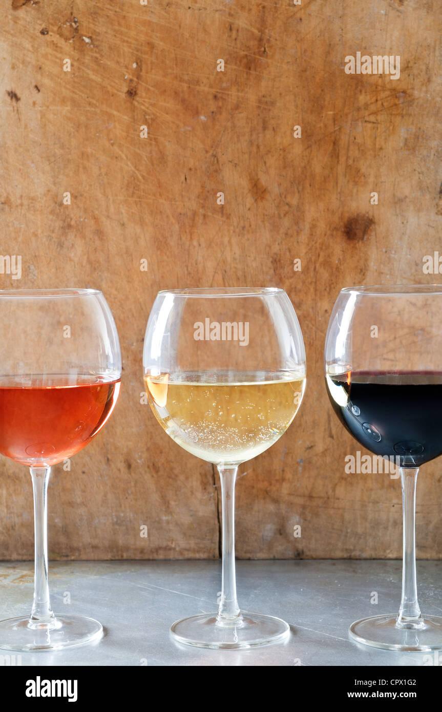 Rose, weiß- und Rotweine in Gläsern Stockfoto